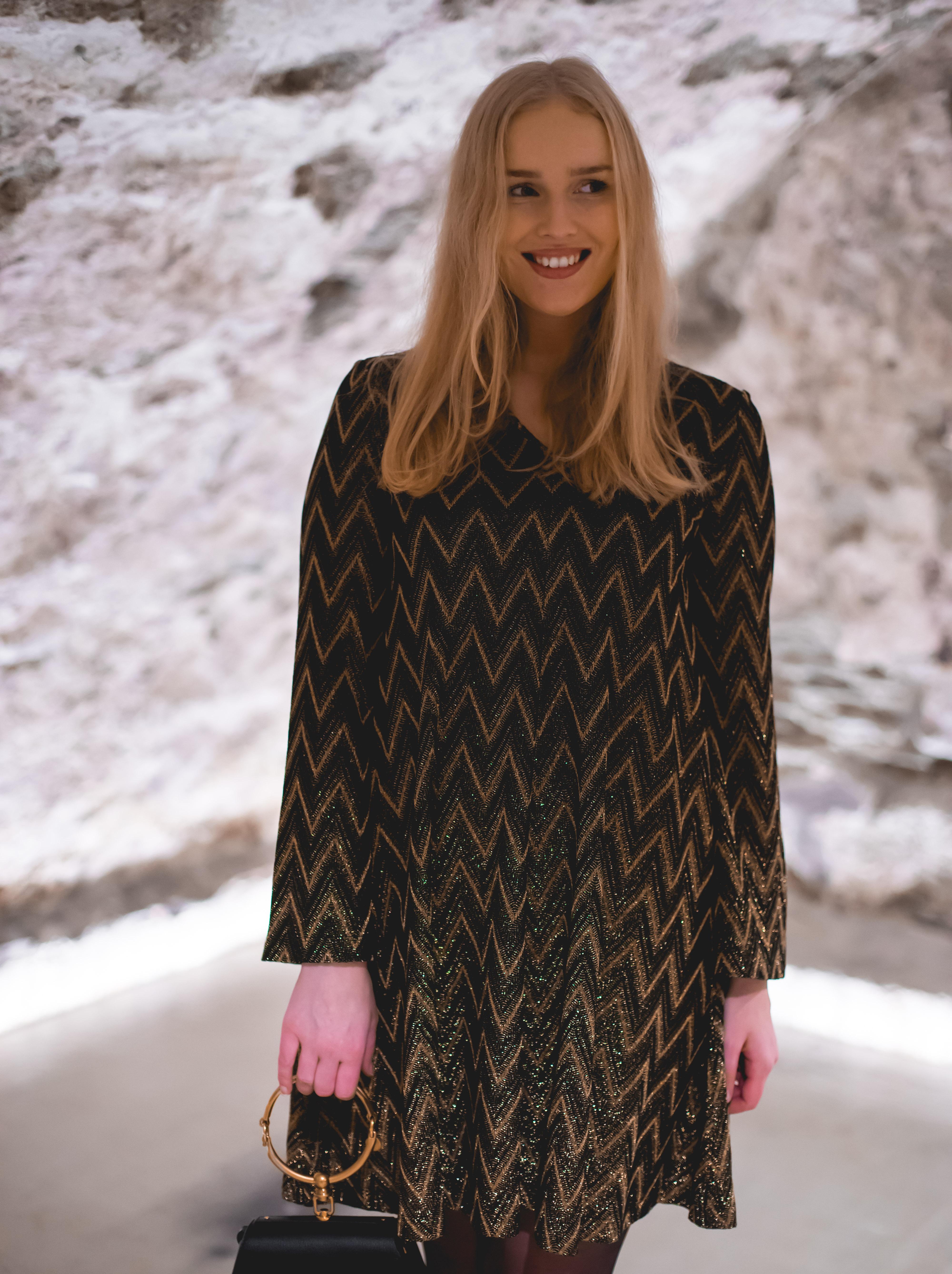 49839f80 Dette blir nok en favoritt i garderoben! ♥ Hun har stylet kjolen med IT- vesken Chloè Nile small i sort og sko fra Valentino.