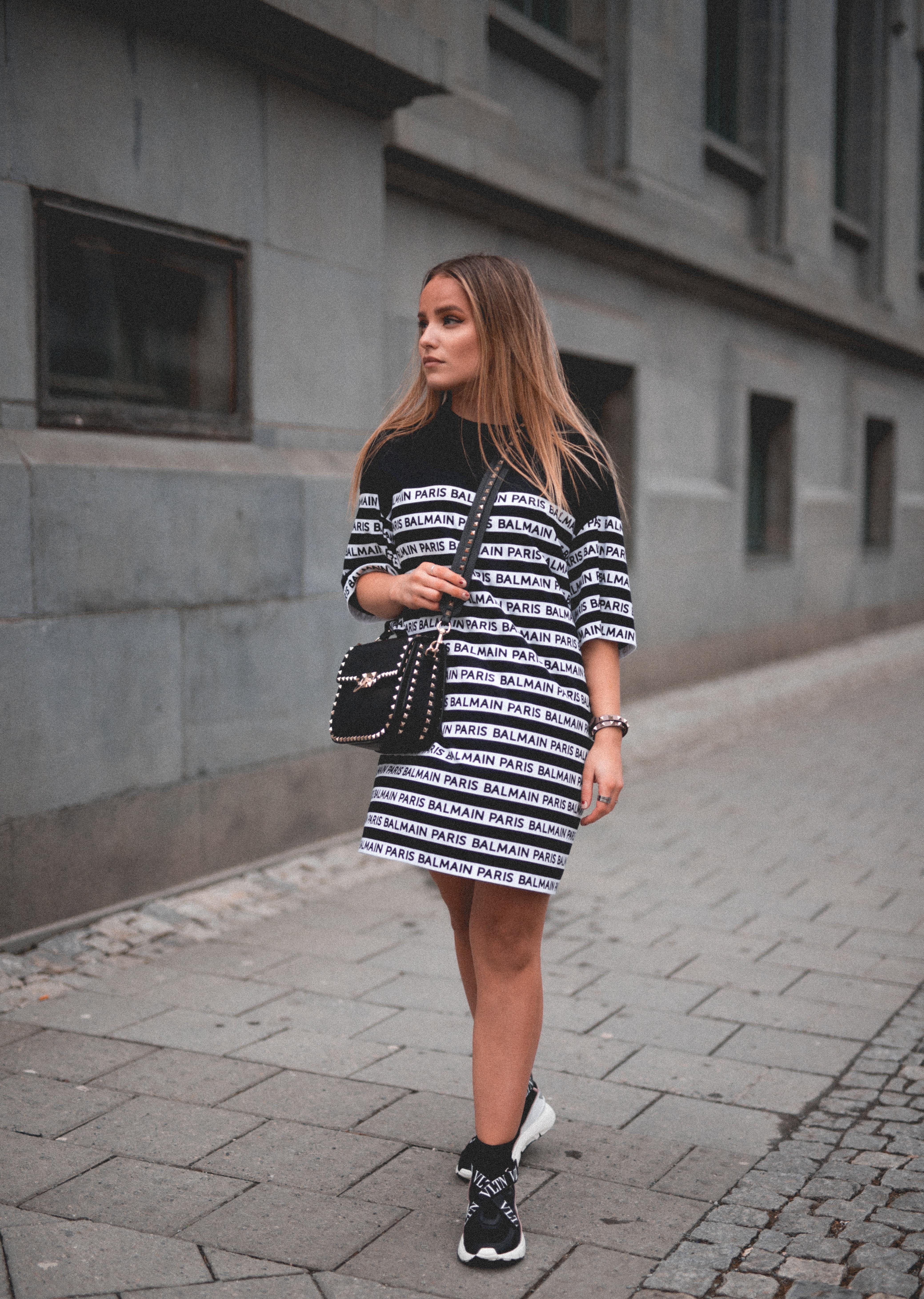 1dbe19a2 ... kjole fra det franske motehuset. Denne kan du også style med  skinnbukser eller jeans for å variere! Den ble perfekt sammen med de  fresheste skoene fra ...
